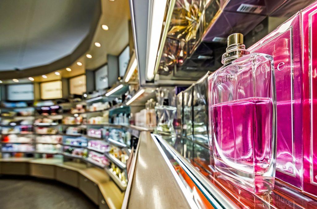 Nie tylko perfumerie stacjonarne zapewniają szeroki wybór zapachów